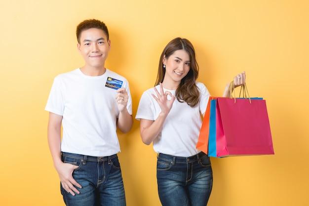 Giovani coppie felici con i sacchetti della spesa Foto Gratuite