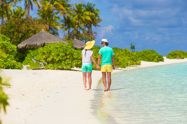 Giovani coppie felici durante tropicale Foto Premium