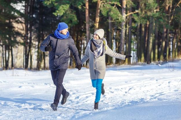 Giovani coppie felici in winter park che ridono e che si divertono Foto Premium