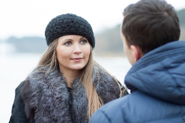 Giovani coppie felici nel campo di inverno Foto Premium