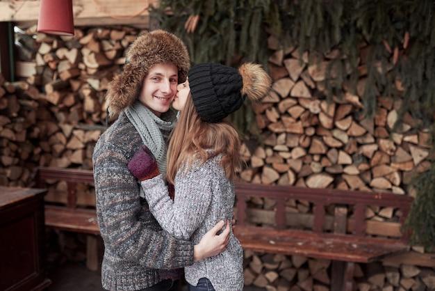 Giovani coppie felici nel divertiresi di winter park. famiglia all'aperto. Foto Premium