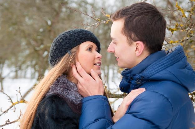 Giovani coppie felici nel giardino d'inverno Foto Premium