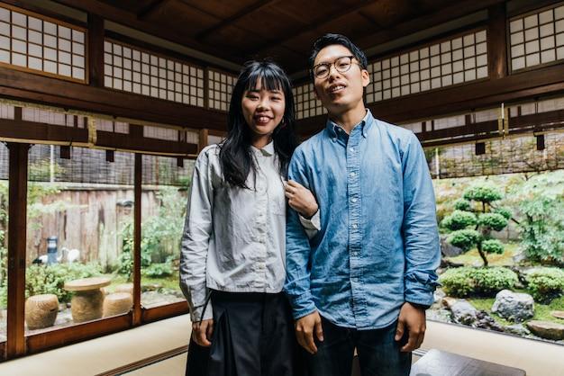 Giovani coppie giapponesi che spendono tempo nella loro casa Foto Premium