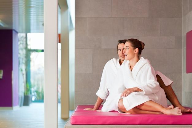 Giovani coppie in accappatoio in stazione termale Foto Premium
