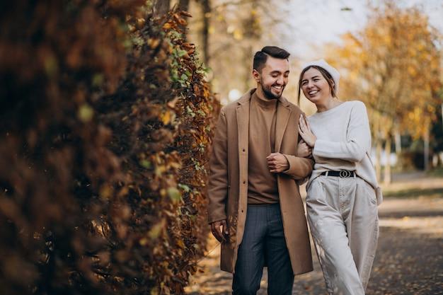 Giovani coppie insieme in un parco di autunno Foto Gratuite