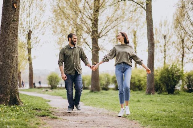 Giovani coppie internazionali insieme nel parco Foto Gratuite