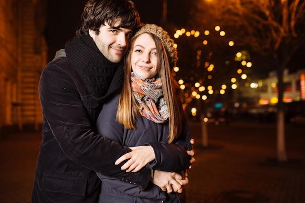 Giovani coppie nell'amore all'aperto Foto Gratuite