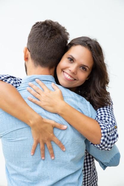 Giovani coppie nell'amore che abbraccia Foto Gratuite