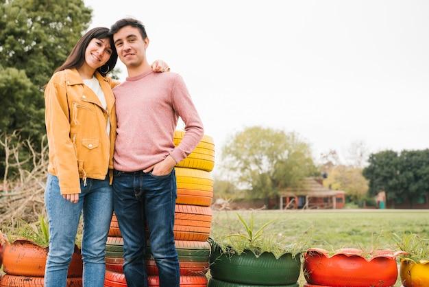 Giovani coppie ottimiste che stringono a sé nel parco di autunno Foto Gratuite