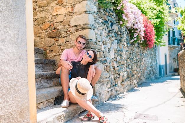 Giovani coppie turistiche che viaggiano in vacanza europea all'aperto in vacanza italiana in cinque terre Foto Premium