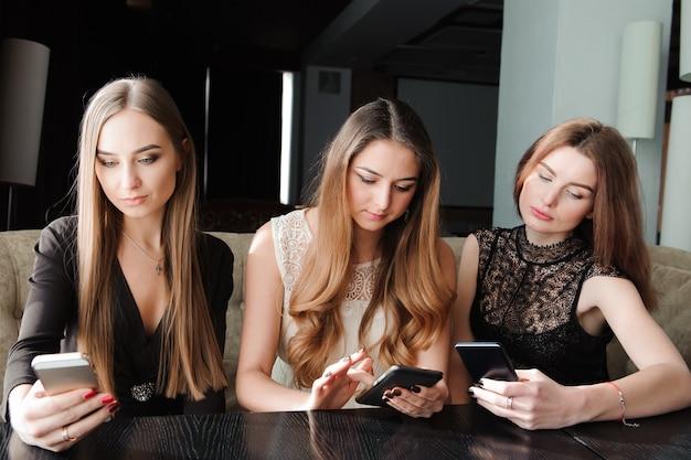 Giovani donne caucasiche che per mezzo del telefono e dicendo no alla vita Foto Premium