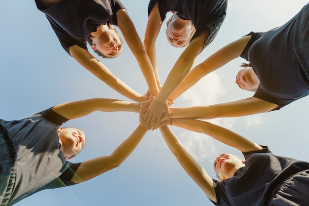 Giovani donne che uniscono le mani Foto Gratuite