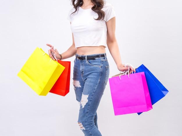 Giovani donne con acquisto su sfondo bianco Foto Premium