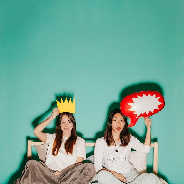 Giovani donne con corona e fumetto Foto Gratuite