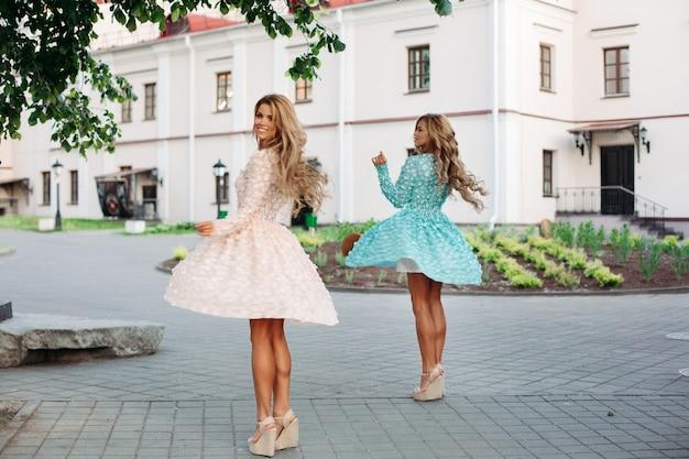 Giovani donne con lunghi capelli ondulati Foto Premium