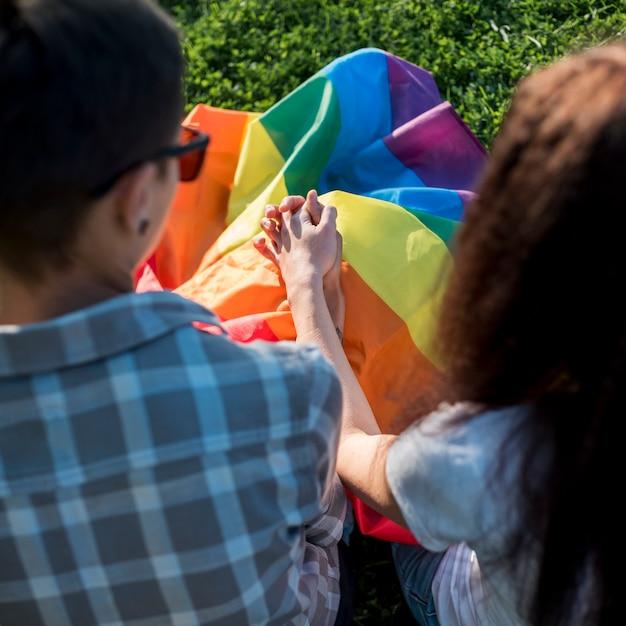 Giovani donne innamorate che si tengono per mano nel parco Foto Gratuite