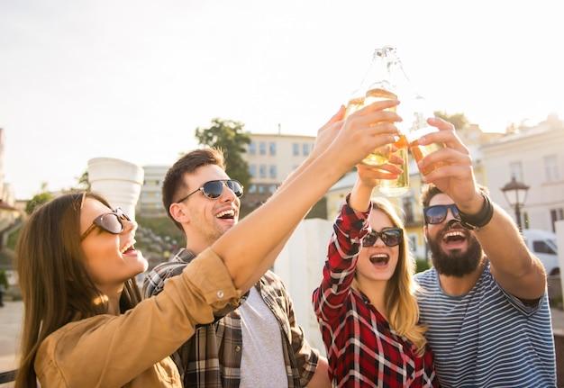 Giovani felici che camminano all'aperto Foto Premium