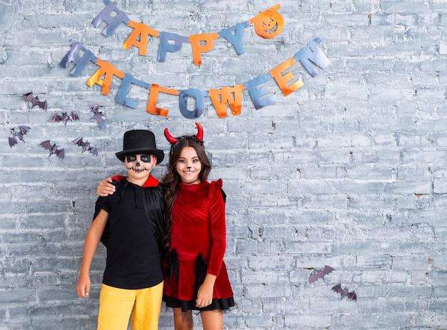 Giovani fratelli che celebrano halloween Foto Gratuite