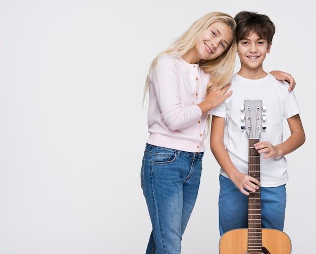 Giovani fratelli con la chitarra Foto Gratuite