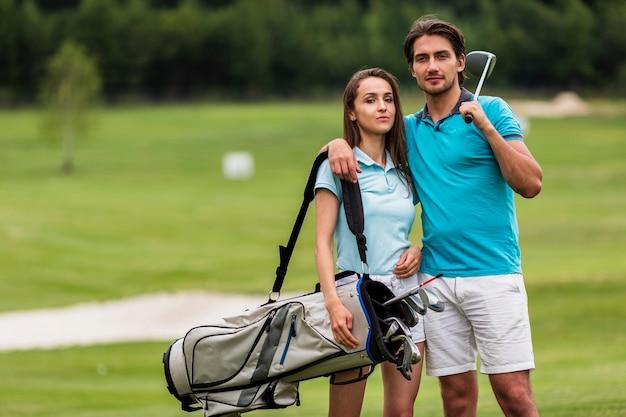 Giovani giocatori di golf di vista frontale insieme Foto Gratuite