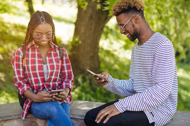 Giovani giovani che guardano i telefoni Foto Gratuite