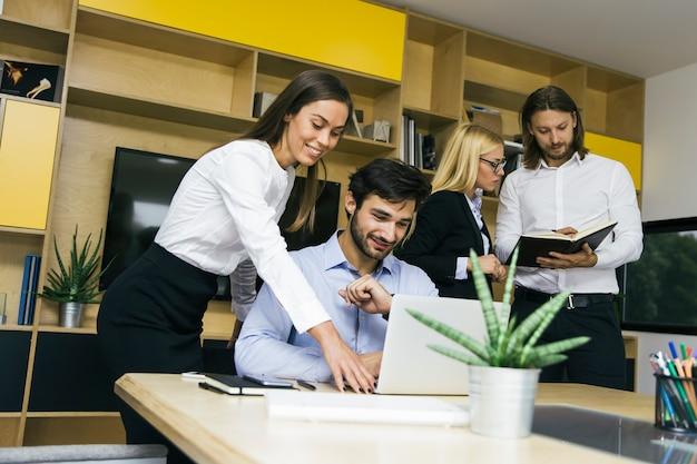 Giovani imprenditori che lavorano in ufficio Foto Premium