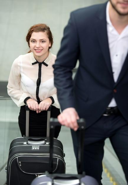 Giovani imprenditori con una valigia in aeroporto. Foto Premium