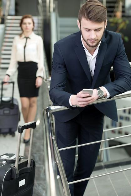 Giovani imprenditori in aeroporto attendere aerei. Foto Premium