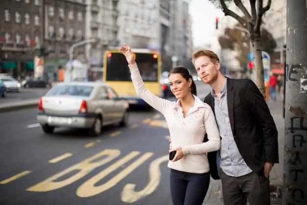Giovani in attesa bus sulla strada Foto Premium