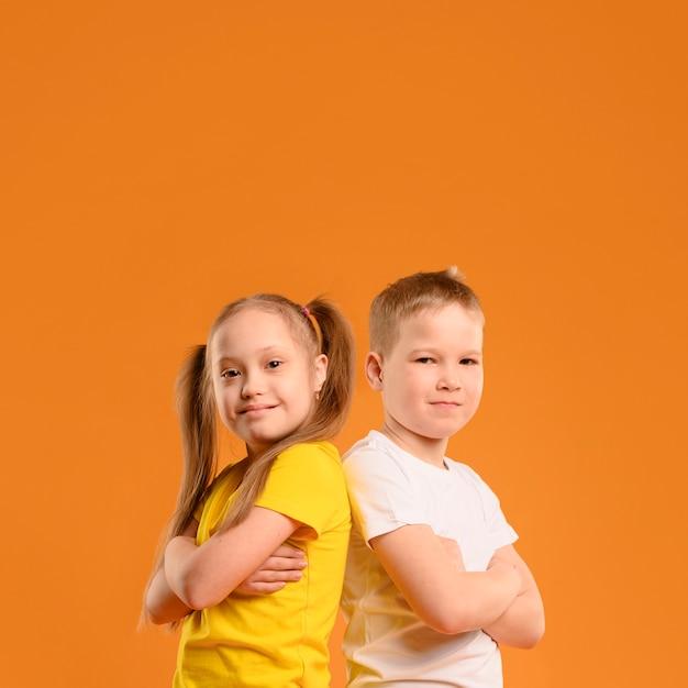 Giovani ragazzo e ragazza di vista frontale con lo spazio della copia Foto Gratuite
