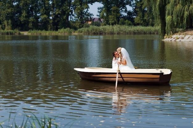 Giovani sposi a vela sulla barca Foto Gratuite