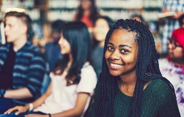 Giovani studenti in una biblioteca Foto Premium