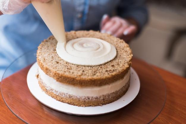 Girl pastry chef, realizza una torta nuziale Foto Premium