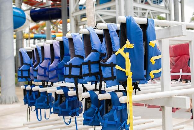 Giubbotto di salvataggio blu sulla linea di vestiti Foto Premium