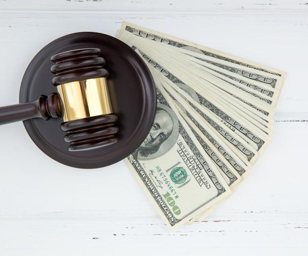 Giudica martelletto e soldi Foto Premium