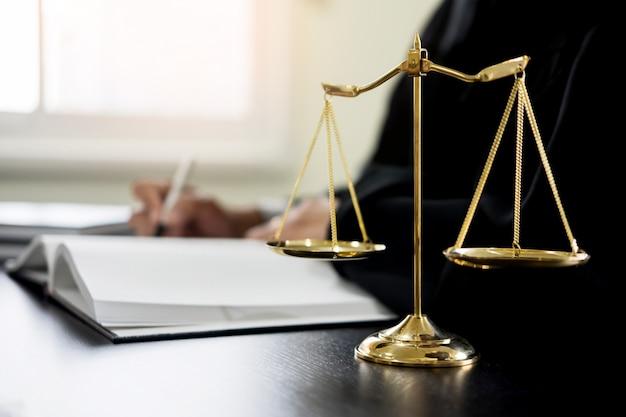 Giudice avvocato legge i documenti alla scrivania in for Scrivania avvocato