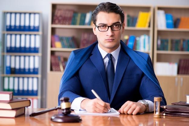 Giudice bello con il martelletto che si siede nell'aula di tribunale Foto Premium