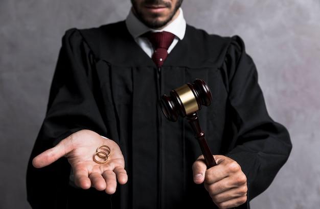 Giudice del primo piano con le fedi nuziali e il martelletto Foto Gratuite