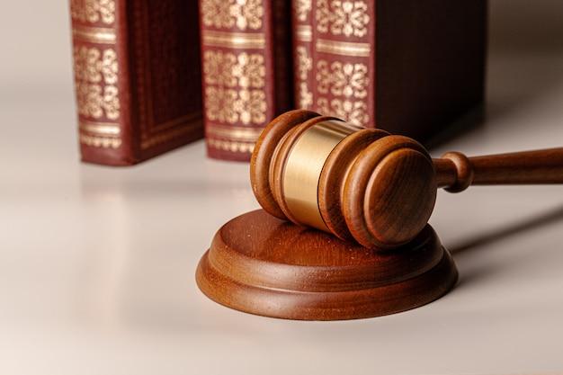 Giudice martelletto e libro legale vicino sul tavolo Foto Premium