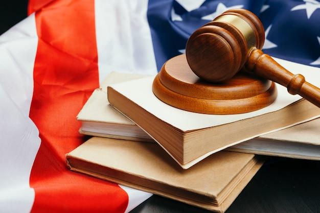 Giudice martelletto sullo sfondo della bandiera degli stati uniti d'america Foto Premium