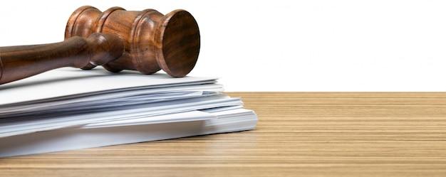 Giudice martello su carta bianca e tavolo Foto Premium