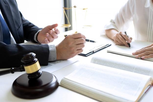 Giudice o avvocato che parla con la squadra Foto Premium