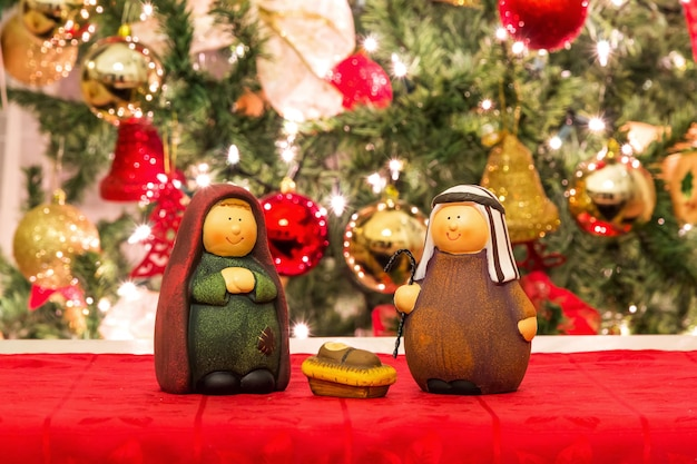 Giuseppe, maria e gesù bambino, scena natalizia Foto Premium