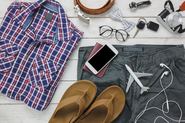 Gli accessi di vista superiore per viaggiare con il concetto di abbigliamento uomo. camicia, Foto Gratuite