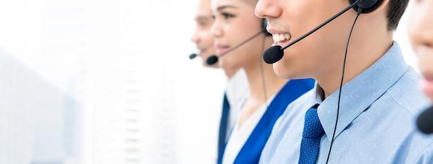 Gli agenti del call center parlano al telefono con i clienti con un atteggiamento amichevole e disponibile Foto Premium