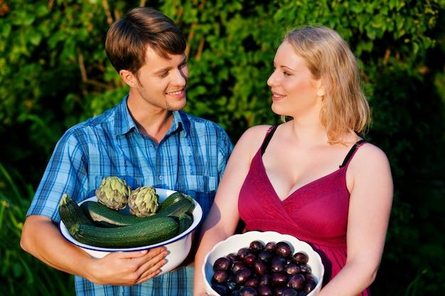 Gli agricoltori con frutta e verdura Foto Premium