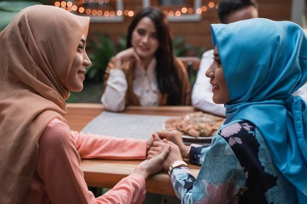 Gli amici che si riuniscono apprezzano il pasto iftar Foto Premium