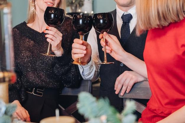 Gli amici festeggiano il nuovo anno a casa Foto Premium