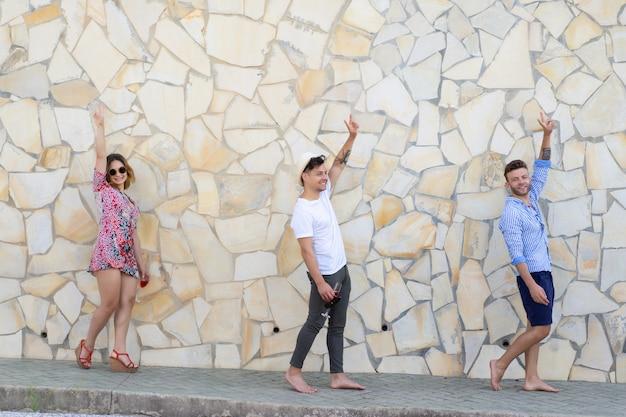 Gli amici in vacanza camminano per le strade di una piccola città europea Foto Gratuite