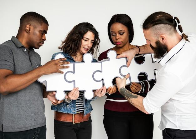 Gli amici stanno collegando puzzle insieme Foto Premium